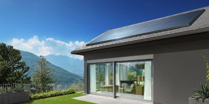 Fotovoltaico, casa con tetto e impianto fotovoltaico