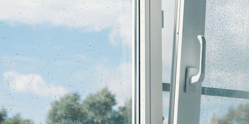 infissi tecnici aperto in un giorno di pioggia