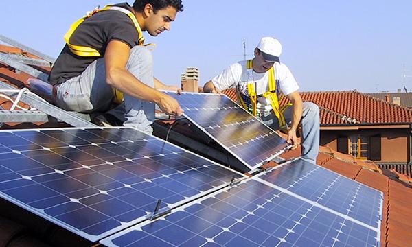 Lavoratori di Works che creano un impianto inserendo un Pannello solare