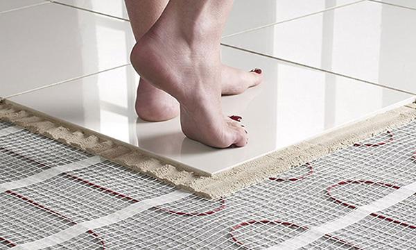 Impianti a pavimento con serpentina, rete, colla e mattonella